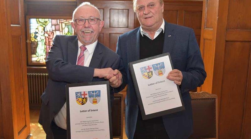 v.l.n.r.:Franz-Josef Berg Bürgermeister der Stadt Dillingen/Saar mit Innenminister Klaus Bouillon. (Foto: Laura Jahke/ Innenministerium)